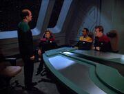 Der Doktor präsentiert den Offizieren seine Erkenntnisse