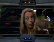Der Doktor in Sevens Körper informiert die USS Voyager über ihren Aufenthaltsort