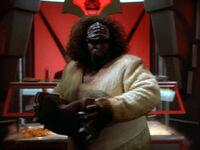 Klingonischer Koch mit Akkordeon