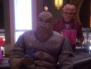 Quark und Morn beobachten die Führungsoffiziere