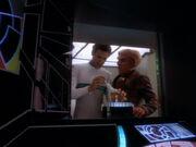 Bashir untersucht das Getränk von Quark