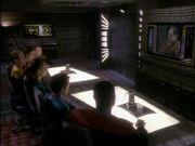 Besatzung von Deep Space 9 hört Tains Rede
