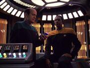 Der Doktor untersucht Tuvok wegen eines Konzentrationsdefizits
