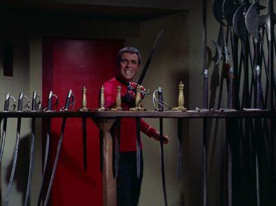 Scott in mit Schwertern bestückter Waffenkammer
