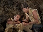 McCoy kümmert sich um den verletzten Kirk