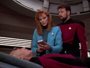Crusher behandelt den verletzten Picard