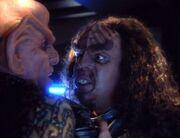 Der Klingone presst Quark an die Wand