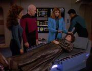 Crusher kümmert sich um Lwaxana Troi