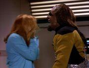 Crusher wird von Worf angegriffen