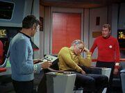 Kirk schläft auf der Brücke ein