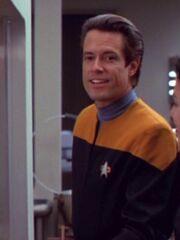 Besatzungsmitglied der USS Voyager im Kasino (2372)