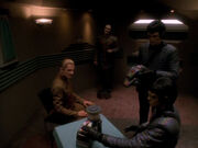 Romulaner bauen Gerät für Quantenstasisfeld auf