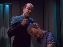 Der Doktor behandelt Tom Paris' Beule