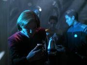 Janeway bei der Bergung von Omega
