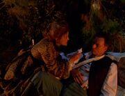 Janeway versorgt Qs Wunden