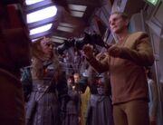 Odo entwaffnet die Duras-Schwestern