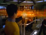 Tuvok übernimmt die Kontrolle über das Schiff