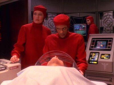 Bashir bei einer Operation
