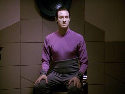 Data sitzt auf Fajos Stuhl