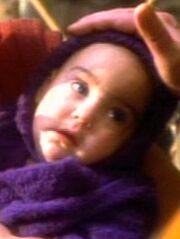 Weibliches bajoranisches Baby empfängt Segnung durch Sirah O'Brien 2369