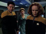Kim, Torres und Janeway reparieren die Holodecksysteme