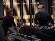 Der Doktor behandelt den verletzten Tuvok