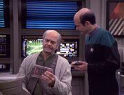 Der Doktor versucht Lewis Zimmerman zu scannen