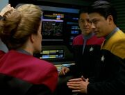 Janeway bereitet den Flug durch das Gebiet des Schwarms vor