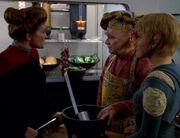 Janeway versucht Neelix zu einem Treffen zu überreden