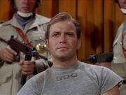 Kirk beobachtet den Kampf
