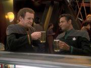 O'Brien und Bashir stoßen auf Worfs Erflog an