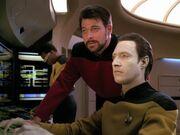 Riker und Data untersuchen die Daten der Intrepid