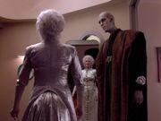 Troi in ihrem Hochzeitskleid