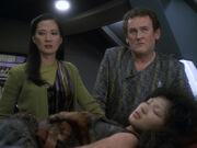 Miles und Keiko werden über den Zustand von Molly informiert