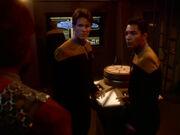Worf bittet Muniz und Stevens um Hilfe