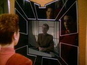 Kira redet mit Alenis Grem