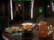 Kira Meru und Luma Rahl entdecken die Nahrung in ihrem Quartier