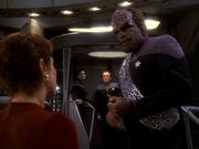 Kira weist Worf an sich an Zeit zu halten