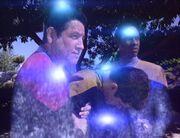 Chakotay und Tuvok nehmen den Unbekannten mit