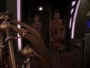Odo bringt Arissa in sein Quartier