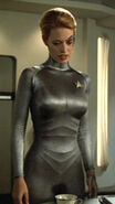 Seven of Nine in silberner Kleidung