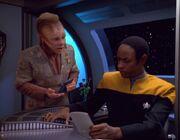 Neelix bespricht sich mit Tuvok