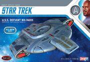 Round2 Polar Lights Model Kit USS Defiant 1-1000 2017
