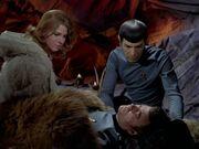 Spock kümmert sich um McCoy