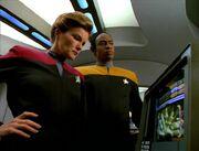 Janeway und Tuvok betrachten den viralen Parasiten