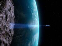USS Enterprise-D richtet Traktorstrahl auf Mond