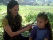 Keiko kämmt Mollies Haar mit einer Bürste