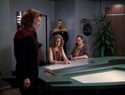 Seven lässt Janeway und Ichebs Eltern im Konferenzraum zurück