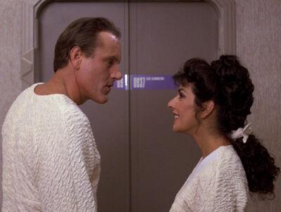 Troi und Alkar vor dessen Gästequartier