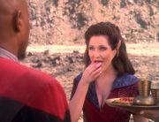 Kilana bietet Sisko Nahrung an